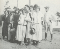SHADES CAHABA STUDENTS IN 1925 STANDING AT THE CORNER OF HWY. 31 AND SAULTER ROAD.(Click to enlarge.)